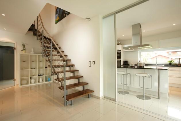 Stahlholztreppe und Blick in die Küche