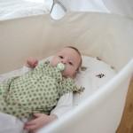 Das Baby der Familie Leuthold im Kinderzimmer