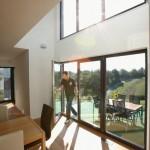 Essbereich mit Verglasung über zwei Etagen