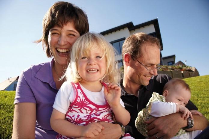 Familiendomizil: Familie Leuthold vor ihrer Fertighaus Stadtvilla