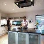 Leutholds in ihrer Küche mit Kochinsel