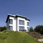 Außenansicht Rückansicht des Einfamilienhauses mit Schmetterlingsdach
