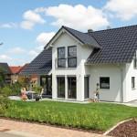 """Außenansicht des frei geplantes Einfamilienhauses """"Das kleine Paradies"""" (Foto: FingerHaus)"""