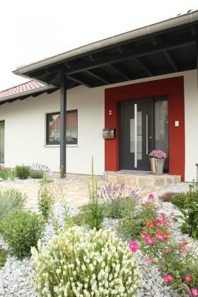 Hauseingang mit roten Putzstreifen