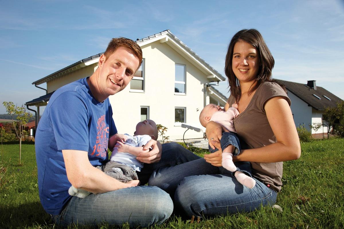 Familie Paulus mit ihrem Fertighaus Eigenheim MEDLEY. (Foto: FingerHaus)