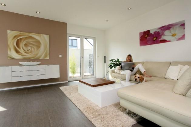 Wohnzimmer mit Frau Hartmann und Hund