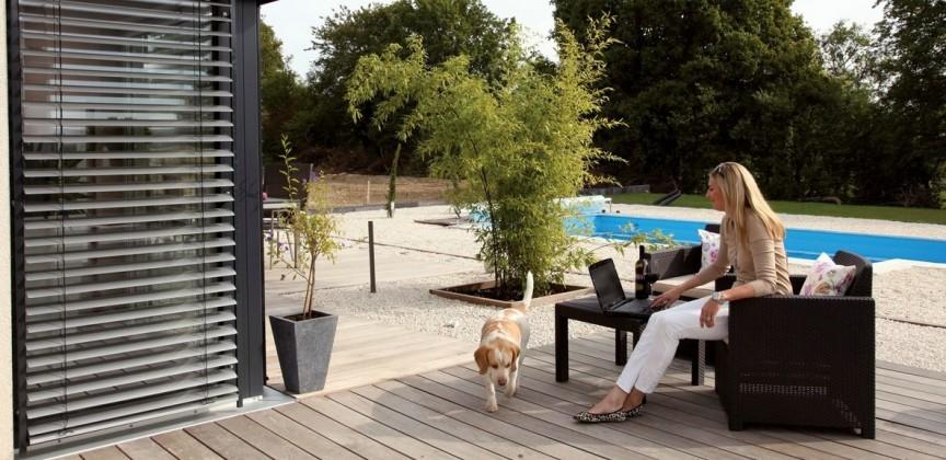 Traumhaus für zwei: Terrasse des Fertighauses mit Frau Hartmann und ihrem Hund
