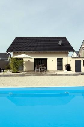 Frontale Außenansicht mit Pool