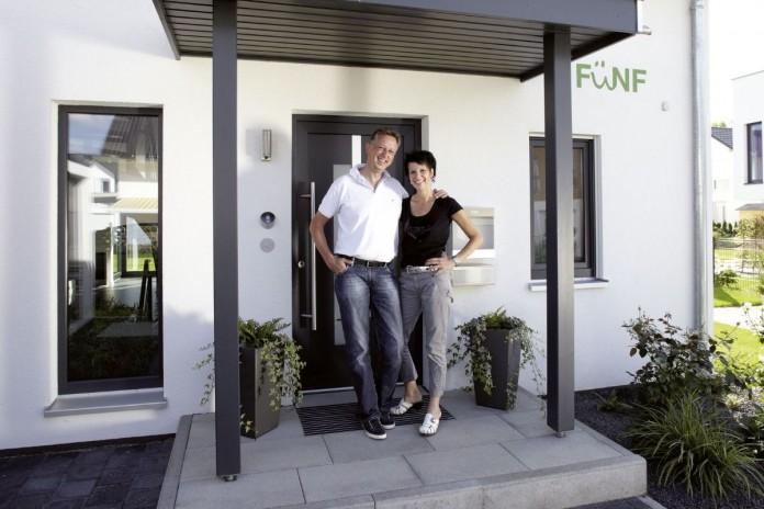 Ehepaar Ohloff vor ihrem frei geplanten VIO - ihrem Traumhaus