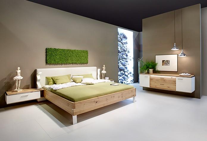 Ein Eiche-Massivholz-Bett trägt zu erholsamen Schlaf bei. (Foto: IPM/Thielemeyer)