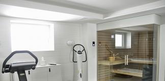 Ein Fertigkeller bietet wertvollen Wohnraum, zum Beispiel für eine Wellness-Oase und Fitnessgeräte. Moderne Spiegellichtschächte bringen reichlich Tageslicht herein. (Foto: GÜF/Glatthaar)