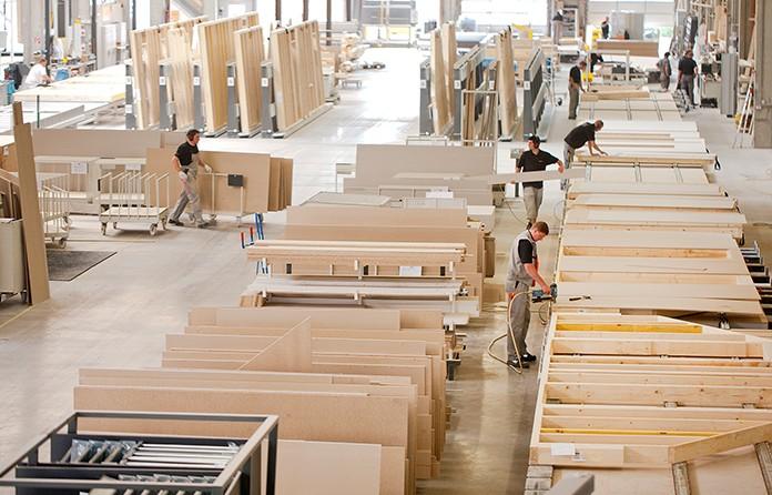 Die industrielle Vorfertigung verschafft dem Holz-Fertigbau entscheidende Vorteile und dem Bauherrn in kurzer Zeit ein modernes Traumhaus.