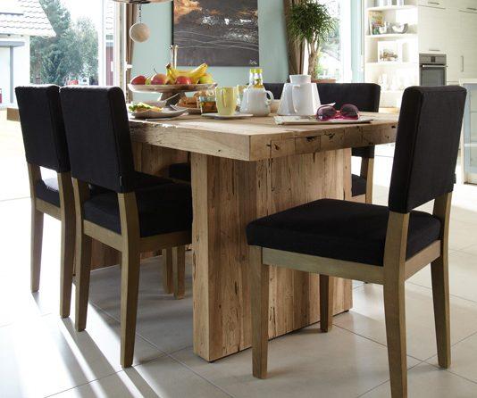 Bei Massivholzmöbeln wie Esstischen findet sich die Stirnholzseite auch oftmals an der Stirnseite des Tisches wieder. (Foto: FingerHaus)