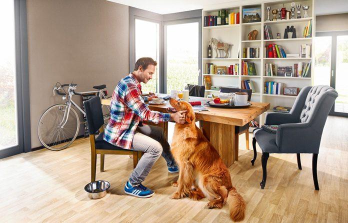 Menschen halten sich zu 90 Prozent in geschlossenen Räumen auf – entsprechend wohngesund sollten diese umgesetzt sein. (Foto: FingerHaus)