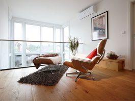 Für praktisch jedes Möbelstück gibt es spezielle Filzgleiter. Sie helfen, Kratzer im Parkett zu vermeiden. (Foto: FingerHaus)