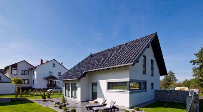 Schleppdach, Erker und über Eck laufende, quer liegende Fenster machen das VIO 302 zu einem Haus mit Charakter.