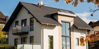 Mit einem Ausbauhaus in Fertigbauweise kann der Haustraum kostengünstiger realisiert werden. (Foto: FingerHaus)