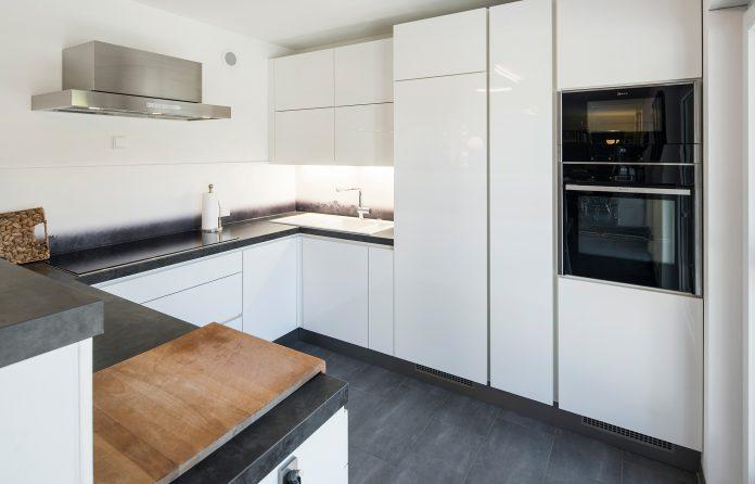 Eine reduzierte Ästhetik in der Küche strahlt Ruhe aus. (Foto: FingerHaus)