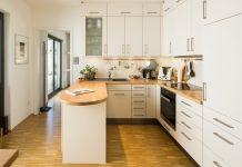 Das Organisationstalent Küchennische bietet viel Platz für benötigte Kochutensilien (Foto: FingerHaus)