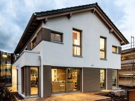 Große Fensterflächen und sichtbare Holzelemente sind sehr beliebt. (Foto: FingerHaus)