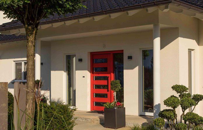 Trends bei Türen und Fenstern: Rote Haustür als Blickfang. (Foto: FingerHaus)