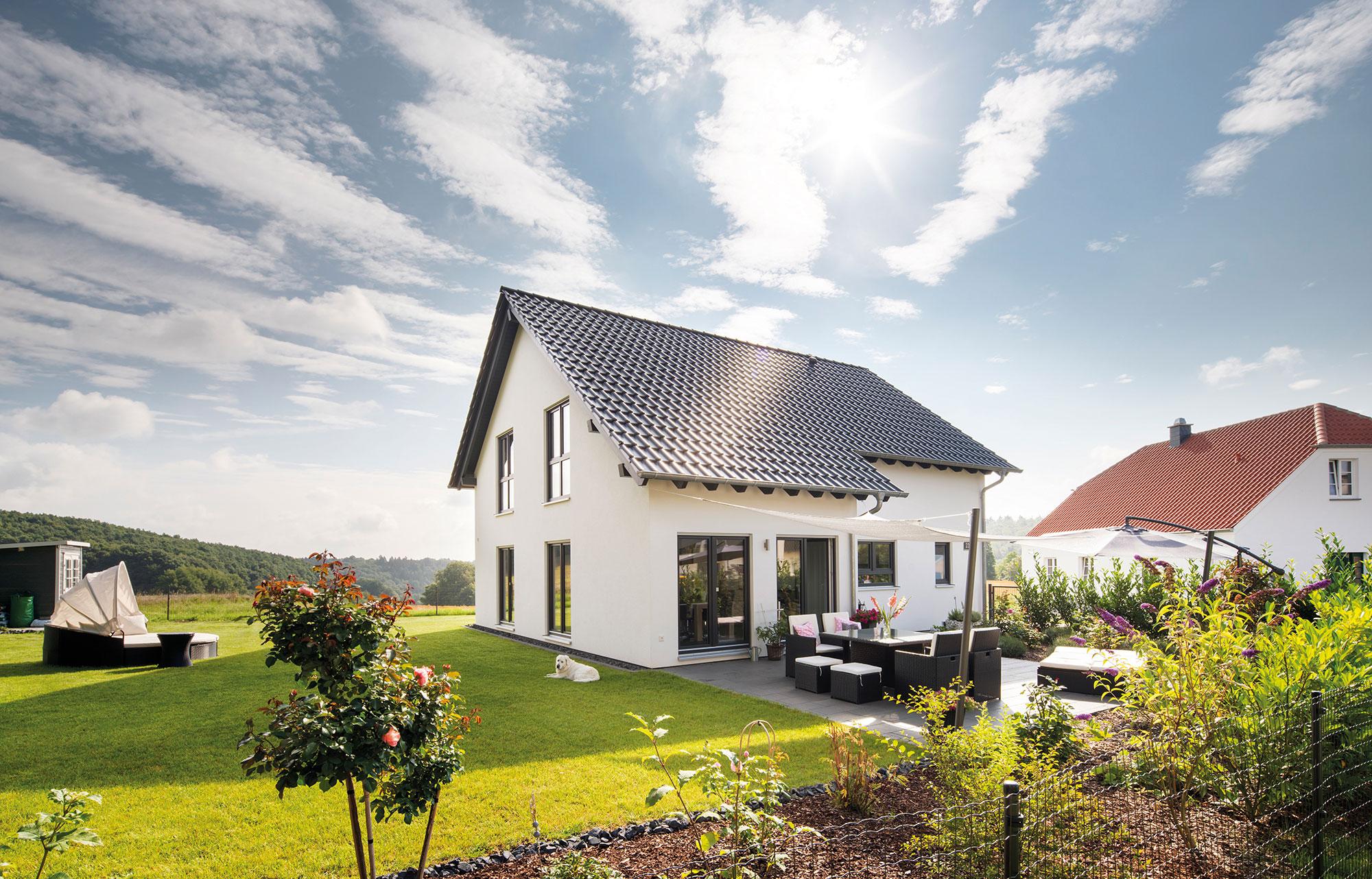 Rückzugsort im Freien: Die ruhige Terrasse lädt ein zum Relaxen. (Foto: FingerHaus)