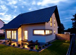 Lichtbänder in der Hausfassade sind ein besonderer Hingucker. (Foto: FingerHaus)
