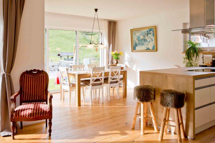 """""""Für praktisch jedes Möbelstück gibt es spezielle Möbelgleiter, die den Boden vor Kratzern schützen."""" (Foto: FingerHaus)"""