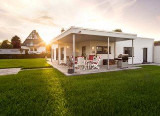 Hausbau bei der Generation 50+: Ein ebenerdiger Bungalow bietet gute Voraussetzungen für das Älterwerden in den eigenen vier Wänden. (Foto: FingerHaus)
