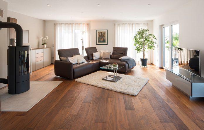 """Das europaweit geltende """"Real Wood""""-Qualitätszeichen kennzeichnet Echtholzböden. (Foto: FingerHaus)"""