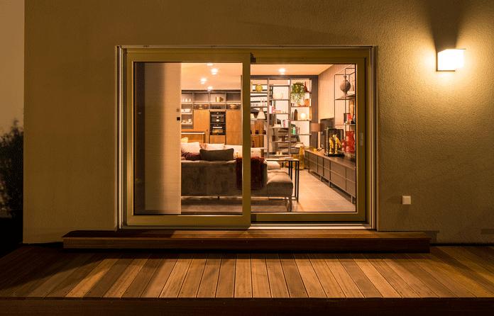 Ohne den passenden Sichtschutz sind neugierige Blicke in der dunklen Jahreszeit kaum zu verhindern. (Foto: FingerHaus)