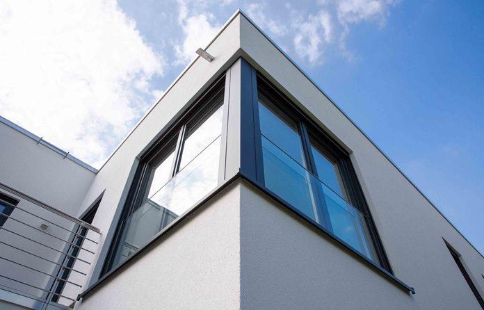 Fenster-Reinigung: Die Fenster richtig reinigen ist keine Kunst. (Foto: FingerHaus)