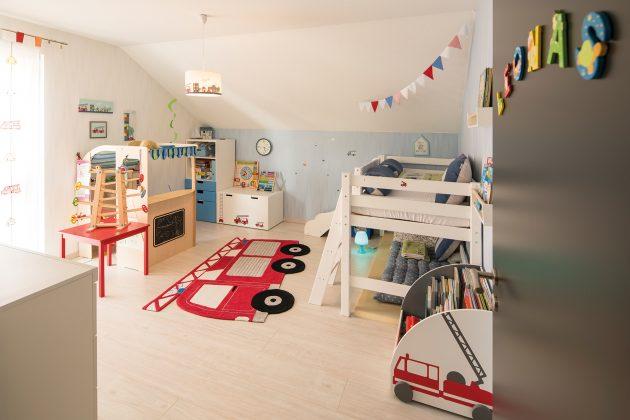 Nur für Jungs! Auch in Leonas Zimmer zieren schöne Tapeten die Wände. Wenn der Fünfjährige nicht gerade im Garten tobt, spielt er am liebsten hier. (Foto: FingerHaus)