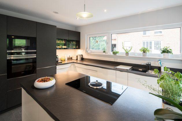 Mahlzeit! Ganz bewusst entschieden sich die Föhrs für eine geschlossene Küche – ohne Esstisch. Der Raum wird überwiegend zum Kochen genutzt. (Foto: FingerHaus)