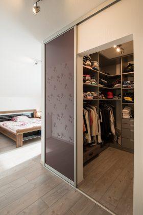 Begehbarer Schrank: Die kleine Ankleide der Eltern lässt sich durch eine hochglänzende Schiebetür verschließen – eine Idee der Bauherren. (Foto: FingerHaus)