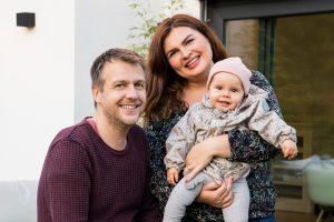 Familienglück: Oliver und Christine Haßlinger haben für ihre Tochter Ella Marie ein Zuhause geschaffen, so wie sie es in ihrer Kindheit auch erlebt haben. (Foto: FingerHaus)