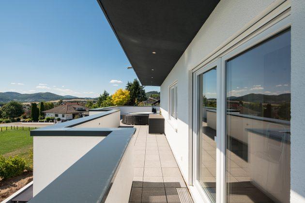 Einzigartige Aussicht: Familie Schmitt blickt von der über 100 Quadratmeter großen Dachterrasse in das malerische Edertal. (Foto FingerHaus)
