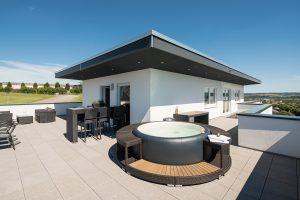 Whirlpool statt Badewanne: Auf der Dachterrasse ist genug Platz – auch wenn die Töchter mit den Enkeln zum Plantschen vorbeikommen. (Foto: FingerHaus)