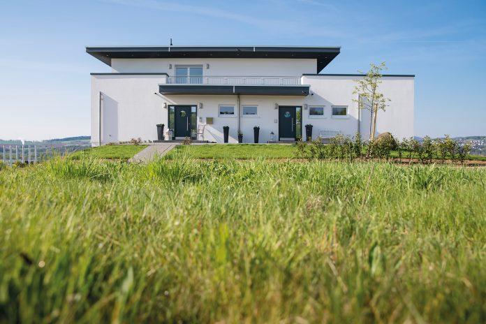 Vorbild war ein Haus in Portugal: Bauherr Hjalmar Schmitt ist besonders stolz auf das Flachdach – so kommt die große Dachterrasse des frei geplanten Finger-Hauses bestens zur Geltung. (Foto: FingerHaus)
