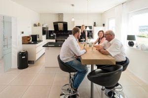 """Platz für alle: In der offenen Küche von Annemarie und Hjalmar Schmitt sind auch die """"Nachbarn"""" Tochter Pia und ihr Freund oft zu Gast. (Foto: FingerHaus)"""