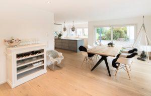 Küchentrends: Kochen-Essen-Wohnen wird im Neubau zu einer Einheit, in der eine wohnliche Atmosphäre angesagt ist. (Foto: FingerHaus)
