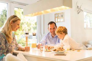 Mit dem Erker gewinnt der offene Koch-Ess-Wohnbereich an Raum und Großzügigkeit. Familie Tegge nutzt ihn für einen freundlichen, hellen Essplatz.