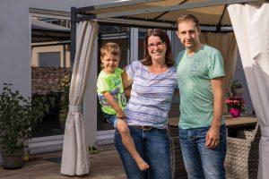 Familienhaus: Zufrieden mit FingerHaus: Christin Jurisch und Stefan Kornelius mit Sohn Nicolas auf ihrer Terrasse in Maxdorf.