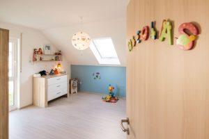 Familienhaus: Eigenes Reich: Auch die Kinderzimmer sind durch die bodenhohen Fenster hell und freundlich. Bei einer Kniestockhöhe von 1,30 Meter lässt sich der Platz optimal ausnutzen. (Foto: FingerHaus)