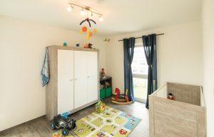 Eines der beiden gleich großen Kinderzimmer. Hier ist viel Platz zum Spielen und zur Entfaltung kindlicher Kreativität. (Foto: FingerHaus)