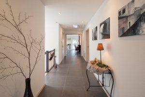 Großzügiger Grundriss: Die Bauherren wünschten sich viel Raum und Helligkeit – hier der Blick von der Haustür durch die Diele in den Wohn- und Essbereich. Links führt die Treppe ins Untergeschoss. (Foto: FingerHaus)