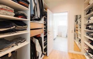 Schlafzimmer und Bad werden durch das praktisch gestaltete Ankleidezimmer verbunden. Die Bauherrin erfüllte sich damit einen Wunsch. (Foto: FingerHaus)