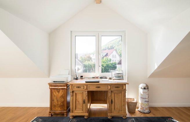 Der Blick ins Neckartal ist aus dem Arbeitszimmer von Florian Fritsch besonders schön. In seinem mit Familienerbstücken liebevoll eingerichteten Heim genießt er die ländliche Ruhe in vollen Zügen. (Foto: FingerHaus)