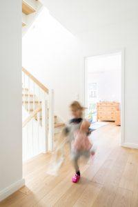Viel Platz zum Toben haben die Kinder auch im Haus. Dabei beziehen sie gern jeden Raum mit ein. (Foto: FingerHaus)