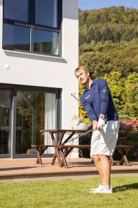 Florian Fritsch kann seine Leidenschaft, das Golfen, auch im heimischen Garten ausleben. (Foto: FingerHaus)